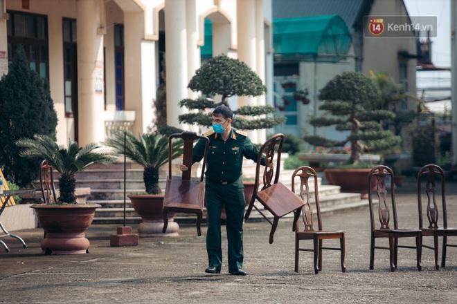 Chùm ảnh xúc động buổi chia tay tại khu cách ly: Người đến người đi, chỉ có các cô chú nhân viên vẫn ở lại chống dịch - Ảnh 4.
