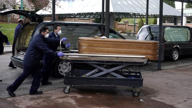 Thảm cảnh ở Tây Ban Nha: Gần 2.700 người tử vong vì nhiễm Covid-19, sân trượt băng biến thành nhà xác do có quá nhiều thi thể - Ảnh 3.
