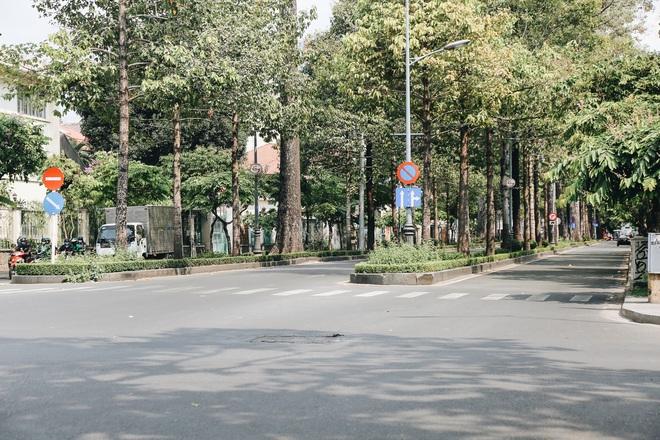 Phố Sài Gòn vắng lặng, quán cafe đồng loạt tạm đóng cửa chung tay phòng chống dịch Covid-19 - Ảnh 4.