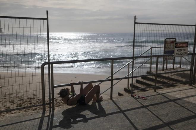 Bất chấp lệnh cấm giữa dịch Covid-19, nhiều người dân Úc vẫn chủ quan và cố trèo rào để đi tắm biển - ảnh 1