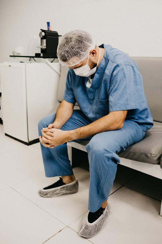 Chùm ảnh vật vờ, mặt biến dạng, nguy cơ bệnh tật cao... của các bác sĩ, y tá mùa dịch Covid-19 mới thấy ngành Y khổ thế nào! - ảnh 6