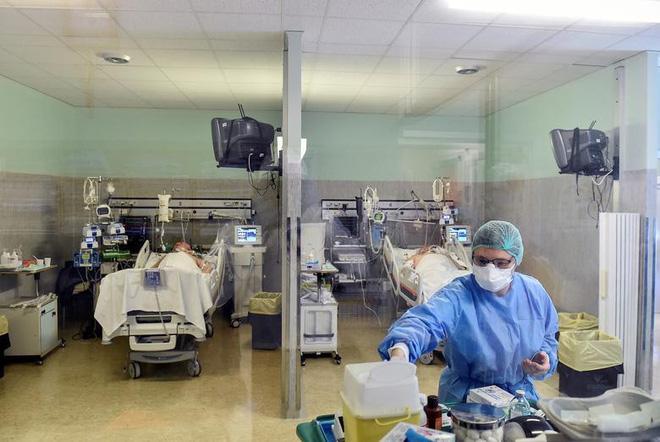 Đại dịch Covid-19 'quật ngã' hàng nghìn nhân viên y tế khắp châu Âu - ảnh 2