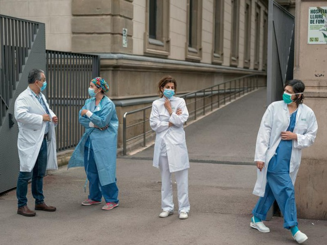 Đại dịch Covid-19 'quật ngã' hàng nghìn nhân viên y tế khắp châu Âu - ảnh 3