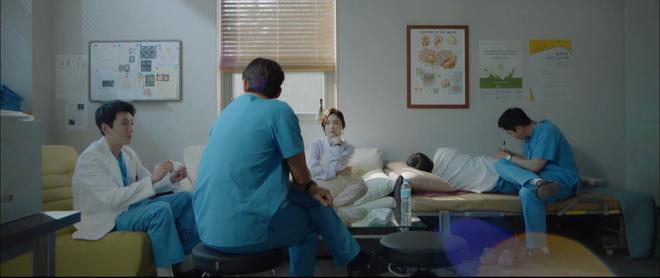Hospital Playlist tập 3 hết tấu hài lại rút cạn nước mắt nhờ Jo Jung Suk, trở thành phim đài tVN đáng xem nhất lúc này! - ảnh 3