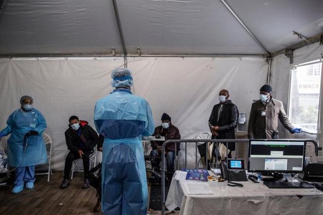 Bệnh viện ở New York bật chế độ thảm họa, bác sĩ thành bệnh nhân Covid-19 - ảnh 4