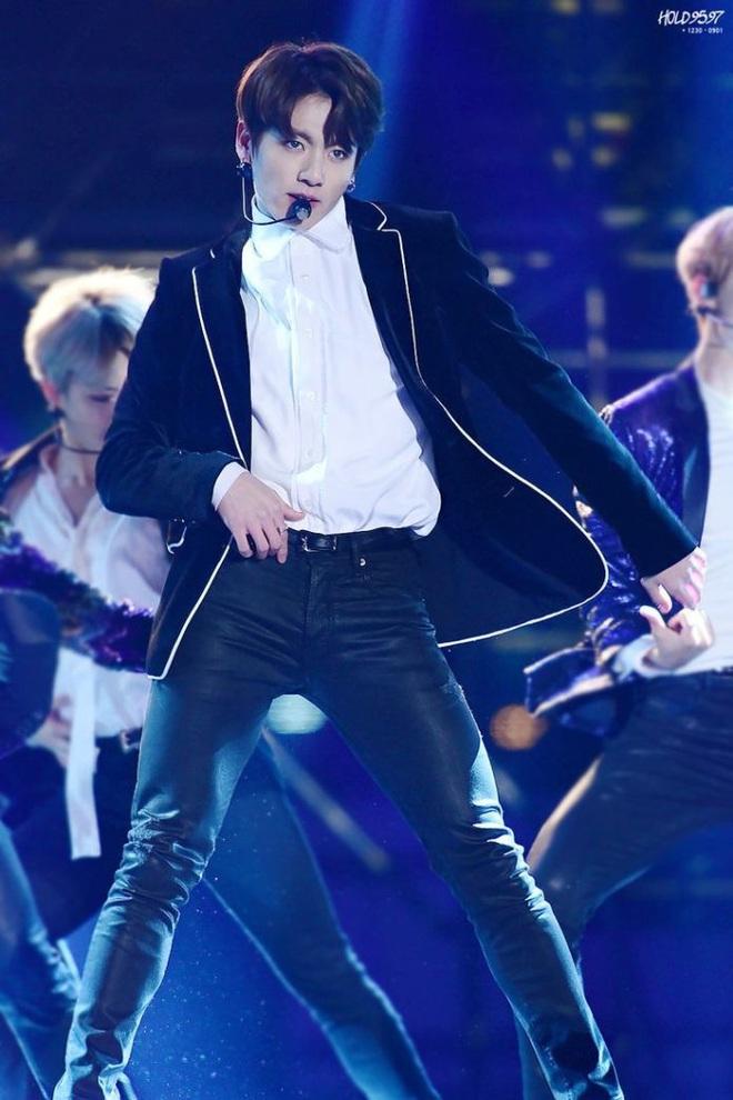 Rớt hết liêm sỉ trước màn cởi áo khoe body mãn nhãn của Jungkook (BTS) và tất cả là nhờ công của anh cả Jin! - ảnh 8