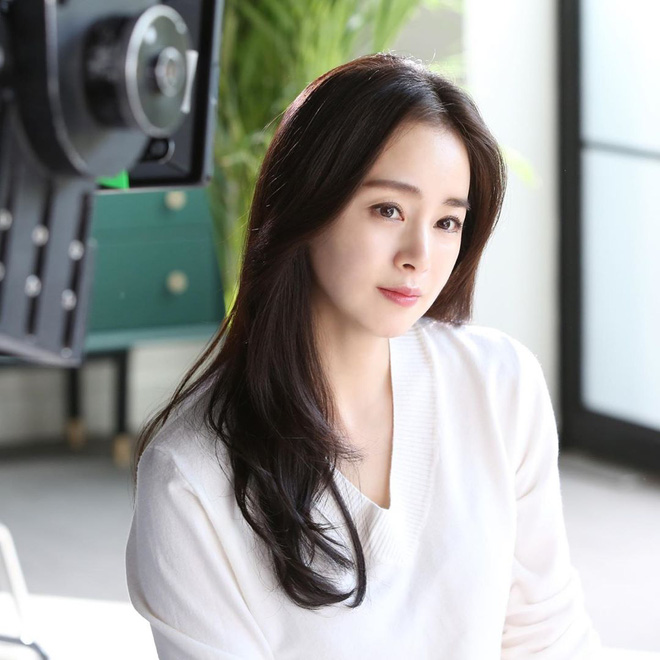 Kim Tae Hee và Bi Rain tung ảnh hậu trường: Ngắm mỹ nhân 2 con đẹp, kéo xuống hình vợ chồng mà ngã ngửa - ảnh 9