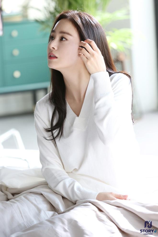 Kim Tae Hee và Bi Rain tung ảnh hậu trường: Ngắm mỹ nhân 2 con đẹp, kéo xuống hình vợ chồng mà ngã ngửa - ảnh 7