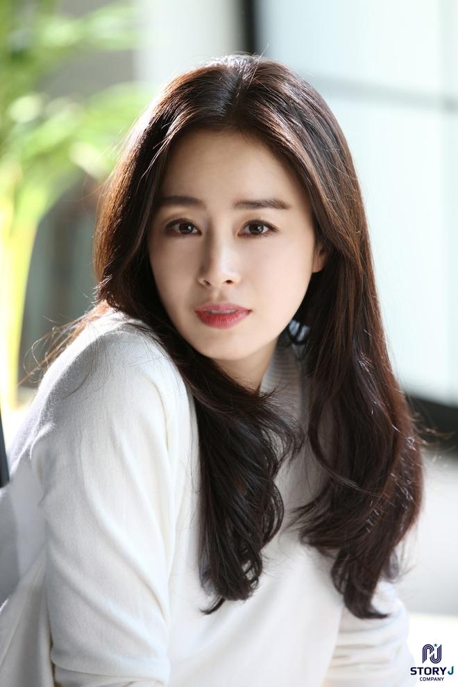 Kim Tae Hee và Bi Rain tung ảnh hậu trường: Ngắm mỹ nhân 2 con đẹp, kéo xuống hình vợ chồng mà ngã ngửa - ảnh 2