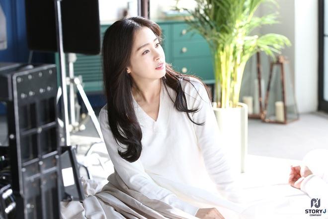 Kim Tae Hee và Bi Rain tung ảnh hậu trường: Ngắm mỹ nhân 2 con đẹp, kéo xuống hình vợ chồng mà ngã ngửa - ảnh 6