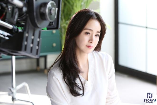 Kim Tae Hee và Bi Rain tung ảnh hậu trường: Ngắm mỹ nhân 2 con đẹp, kéo xuống hình vợ chồng mà ngã ngửa - ảnh 1