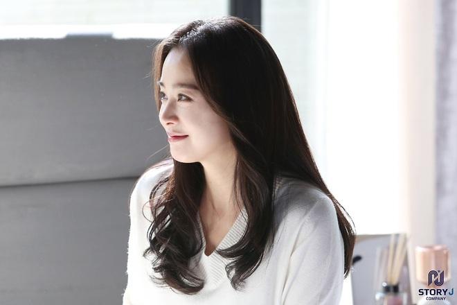 Kim Tae Hee và Bi Rain tung ảnh hậu trường: Ngắm mỹ nhân 2 con đẹp, kéo xuống hình vợ chồng mà ngã ngửa - ảnh 4
