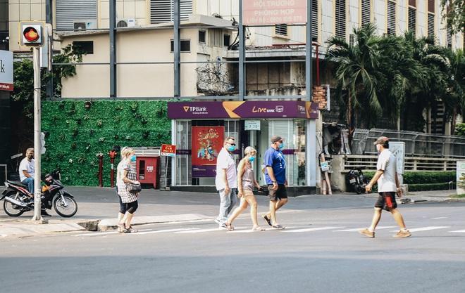 Ngày đầu áp dụng lệnh hạn chế di chuyển: Những điểm vui chơi ở Sài Gòn vắng hoe, chợ Bến Thành không một bóng du khách - ảnh 13
