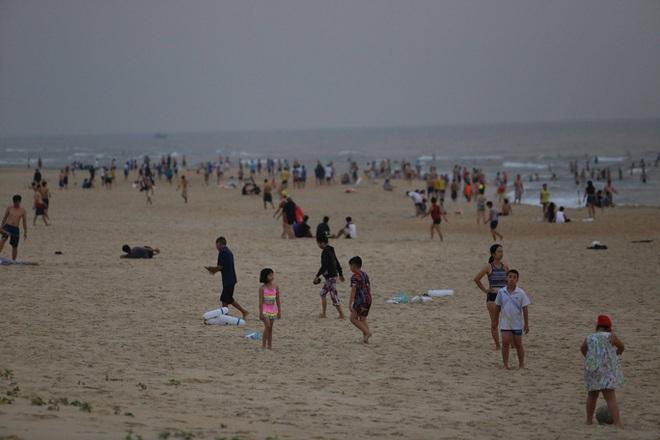 Cấm tụ tập nhưng cả ngàn người ở Quảng Nam vẫn kéo nhau tắm biển - ảnh 1
