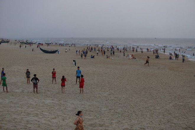 Cấm tụ tập nhưng cả ngàn người ở Quảng Nam vẫn kéo nhau tắm biển - ảnh 2