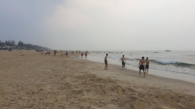 Cấm tụ tập nhưng cả ngàn người ở Quảng Nam vẫn kéo nhau tắm biển - ảnh 11