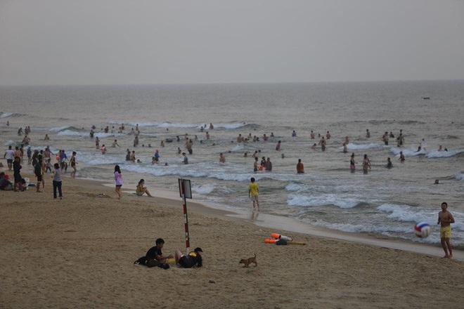 Cấm tụ tập nhưng cả ngàn người ở Quảng Nam vẫn kéo nhau tắm biển - ảnh 3