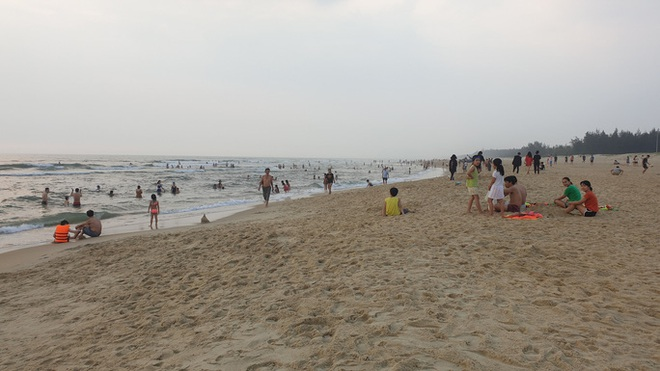 Cấm tụ tập nhưng cả ngàn người ở Quảng Nam vẫn kéo nhau tắm biển - ảnh 6