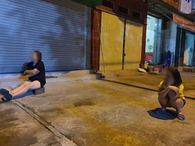 Sợ dịch Covid-19 nhưng vẫn muốn trò chuyện hỏi han nhau, các cô hàng xóm tuân thủ ngồi cách xa nhau 2 mét - ảnh 4