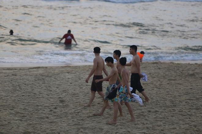 Cấm tụ tập nhưng cả ngàn người ở Quảng Nam vẫn kéo nhau tắm biển - ảnh 9
