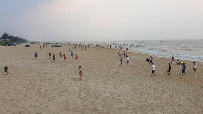 Cấm tụ tập nhưng cả ngàn người ở Quảng Nam vẫn kéo nhau tắm biển - ảnh 10