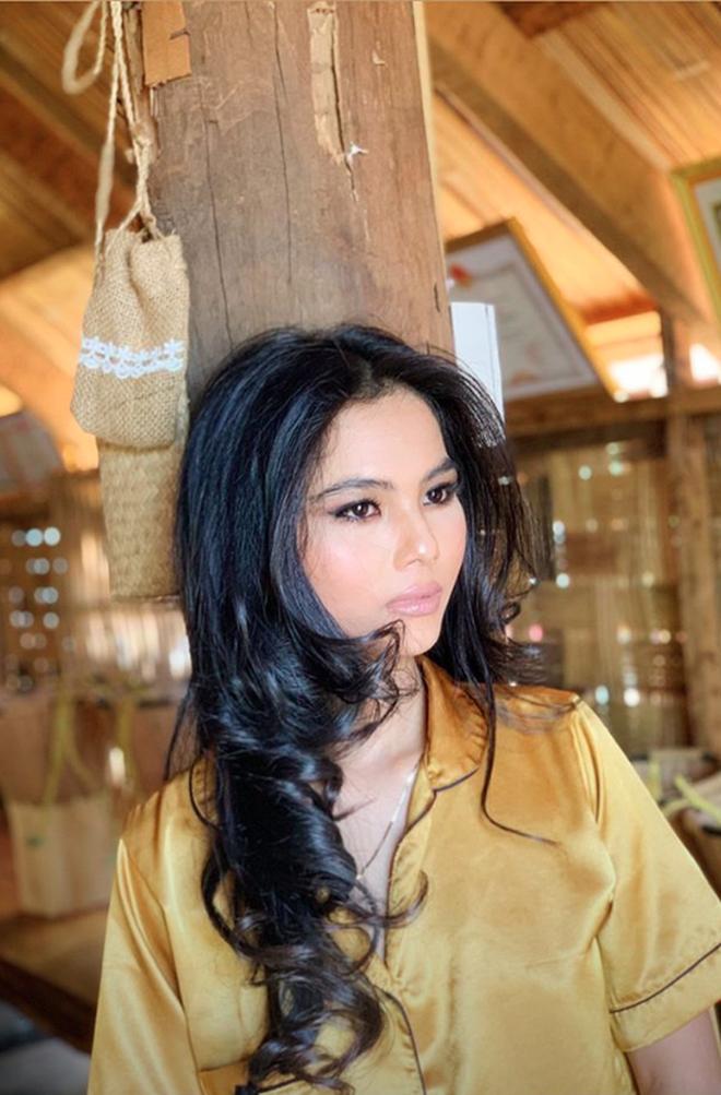 H'Hen Niê tiếp tục chứng minh gia đình có gen Hoa hậu: Cháu gái lớp 11 đã có nét sắc sảo, bất ngờ nhất là khi make up - Ảnh 4.