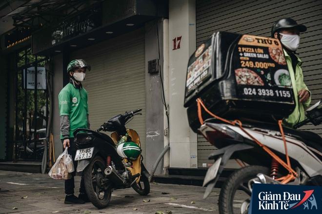 Trái với cảnh đường phố Hà Nội vắng tanh là một