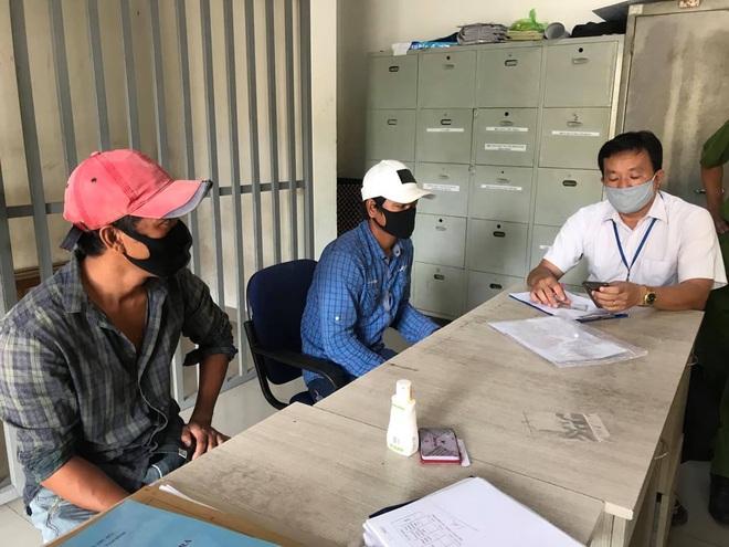 TP.HCM: 2 thanh niên không đeo khẩu trang ở chợ đầu mối nông sản Thủ Đức bị phạt 200.000 đồng - ảnh 1