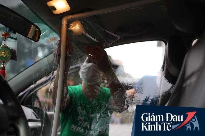 Cận cảnh xe taxi công nghệ lắp vách ngăn bằng tấm nhựa giúp phòng ngừa dịch Covid-19 - Ảnh 2.