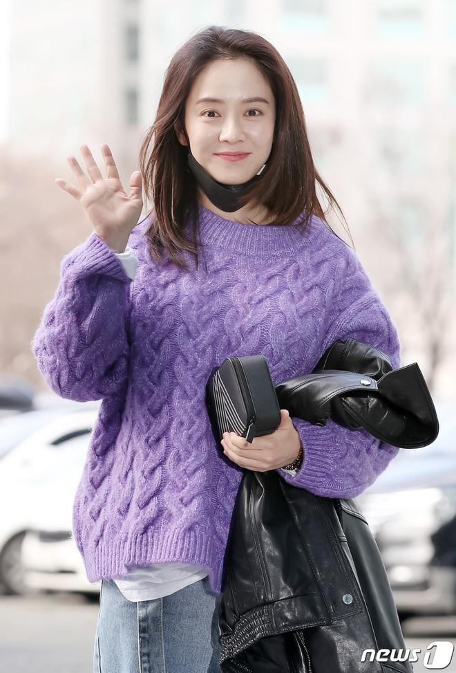 """Ngó ảnh thời đi học của Song Ji Hyo mà giật mình: Lông mày xếch, tóc tỉa đúng style """"chị đại đầu gấu"""", khác hẳn hình tượng hiền thục bây giờ - Ảnh 1."""