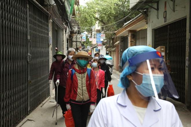 Chùm ảnh: Bệnh nhân xếp hàng dài làm thủ tục để vào viện Bạch Mai chạy thận - ảnh 1