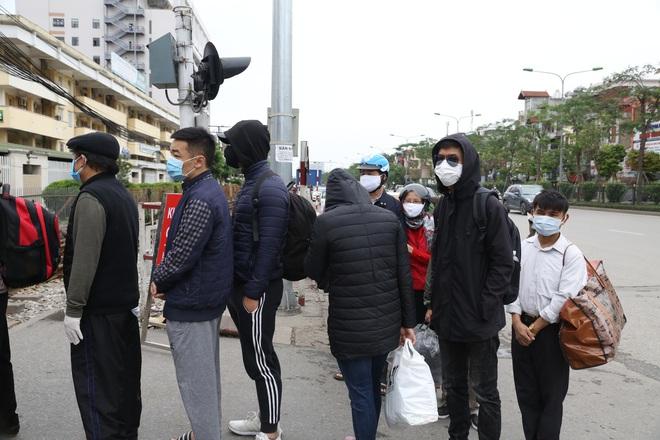 Chùm ảnh: Bệnh nhân xếp hàng dài làm thủ tục để vào viện Bạch Mai chạy thận - ảnh 3
