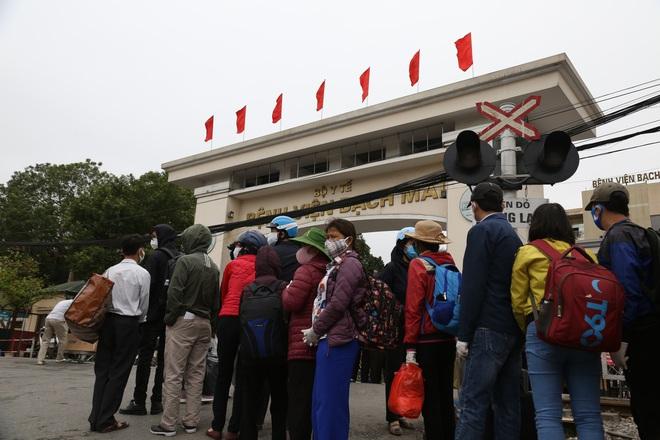Chùm ảnh: Bệnh nhân xếp hàng dài làm thủ tục để vào viện Bạch Mai chạy thận - ảnh 4