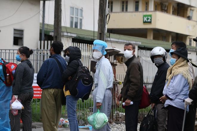 Chùm ảnh: Bệnh nhân xếp hàng dài làm thủ tục để vào viện Bạch Mai chạy thận - ảnh 5