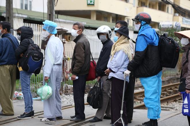 Chùm ảnh: Bệnh nhân xếp hàng dài làm thủ tục để vào viện Bạch Mai chạy thận - ảnh 17