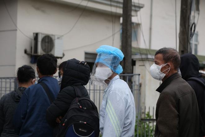 Chùm ảnh: Bệnh nhân xếp hàng dài làm thủ tục để vào viện Bạch Mai chạy thận - ảnh 18