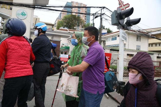 Chùm ảnh: Bệnh nhân xếp hàng dài làm thủ tục để vào viện Bạch Mai chạy thận - ảnh 14