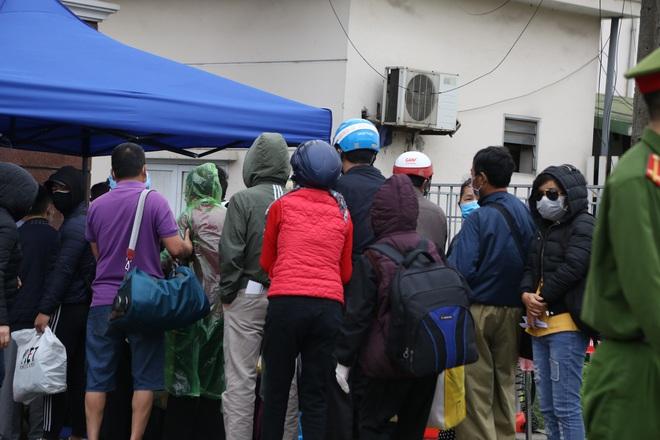 Chùm ảnh: Bệnh nhân xếp hàng dài làm thủ tục để vào viện Bạch Mai chạy thận - ảnh 11