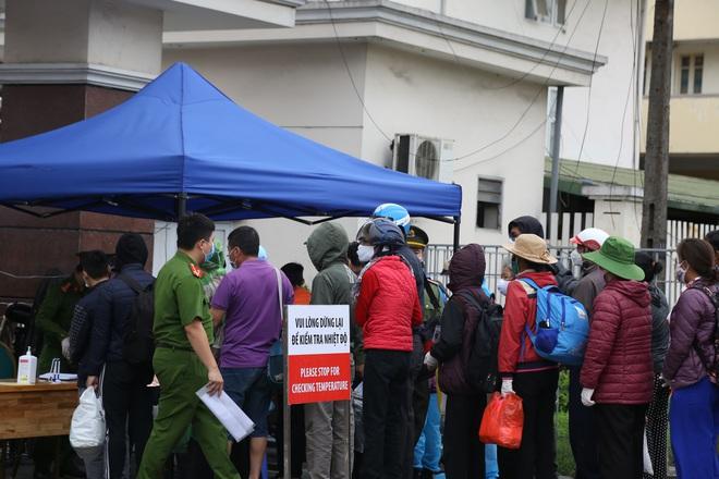 Chùm ảnh: Bệnh nhân xếp hàng dài làm thủ tục để vào viện Bạch Mai chạy thận - ảnh 16