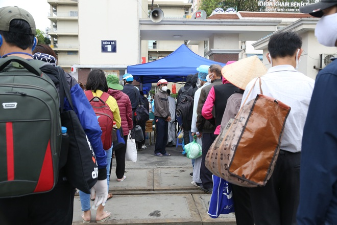 Chùm ảnh: Bệnh nhân xếp hàng dài làm thủ tục để vào viện Bạch Mai chạy thận - ảnh 8