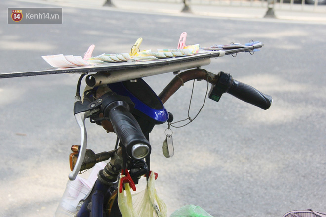 """Chuyện từ những tấm vé số cuối cùng trước giờ """"cách ly toàn xã hội"""" ở Sài Gòn: """"Mai dừng rồi, ngoại ở nhà không đi bán nữa mà gạo cũng hết rồi"""" - Ảnh 6."""