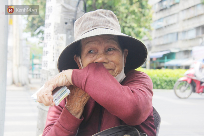 """Chuyện từ những tấm vé số cuối cùng trước giờ """"cách ly toàn xã hội"""" ở Sài Gòn: """"Mai dừng rồi, ngoại ở nhà không đi bán nữa mà gạo cũng hết rồi"""" - Ảnh 4."""