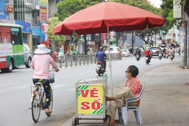 """Chuyện từ những tấm vé số cuối cùng trước giờ """"cách ly toàn xã hội"""" ở Sài Gòn: """"Mai dừng rồi, ngoại ở nhà không đi bán nữa mà gạo cũng hết rồi"""" - Ảnh 2."""