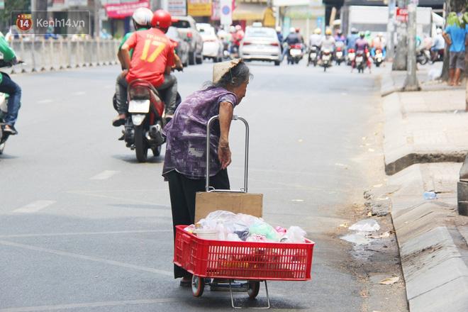 """Chuyện từ những tấm vé số cuối cùng trước giờ """"cách ly toàn xã hội"""" ở Sài Gòn: """"Mai dừng rồi, ngoại ở nhà không đi bán nữa mà gạo cũng hết rồi"""" - Ảnh 11."""