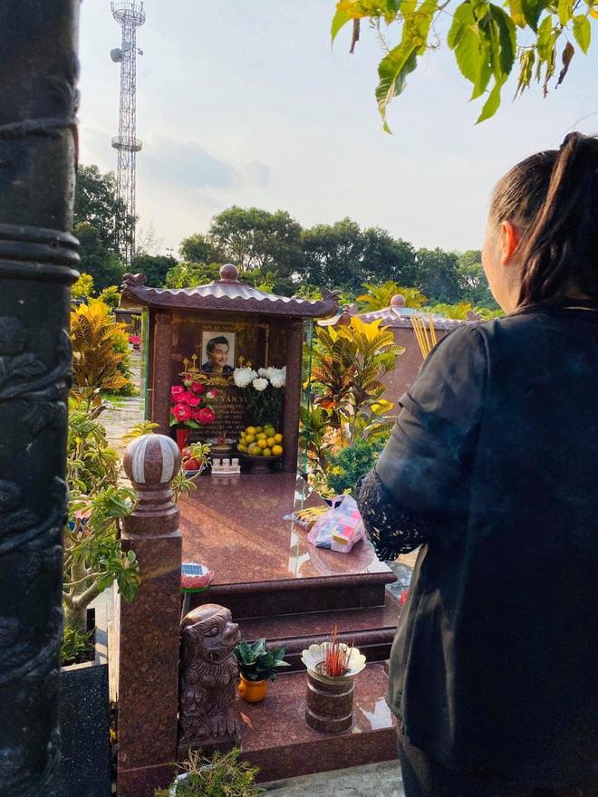 1 năm ngày mất, NSND Hồng Vân một mình đến viếng mộ cố nghệ sĩ Anh Vũ: Người đã ra đi nhưng cái tình còn mãi! - Ảnh 2.