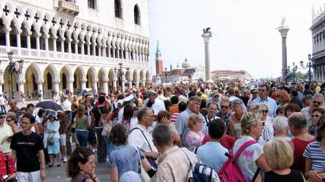 """Ảnh hưởng dịch virus corona, hàng loạt điểm đến nổi tiếng ở Italy phải chịu cảnh """"vắng tanh"""" chưa từng thấy trong lịch sử - Ảnh 4."""