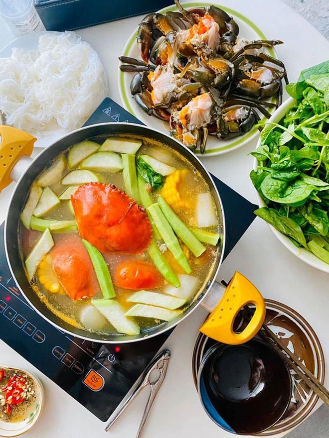 Không nhà hàng đắt đỏ, sao Vbiz tiết kiệm với mâm cơm nhà mùa dịch: Tóc Tiên nịnh chồng món ngon, Băng Di nấu bữa chỉ 50K - Ảnh 22.