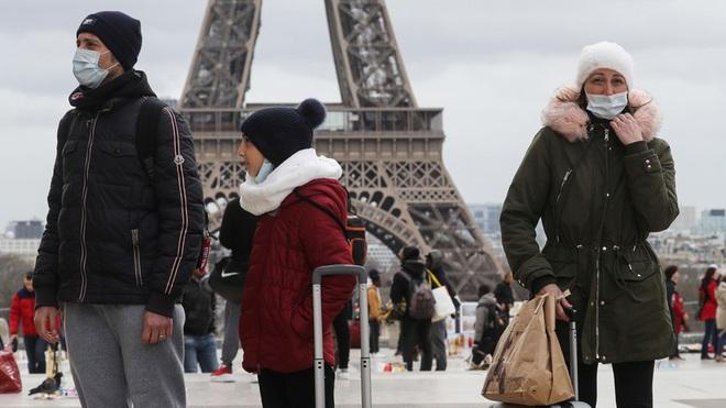 Nhiều nước châu Âu bắt buộc đeo khẩu trang nơi công cộng phòng Covid-19 - ảnh 1