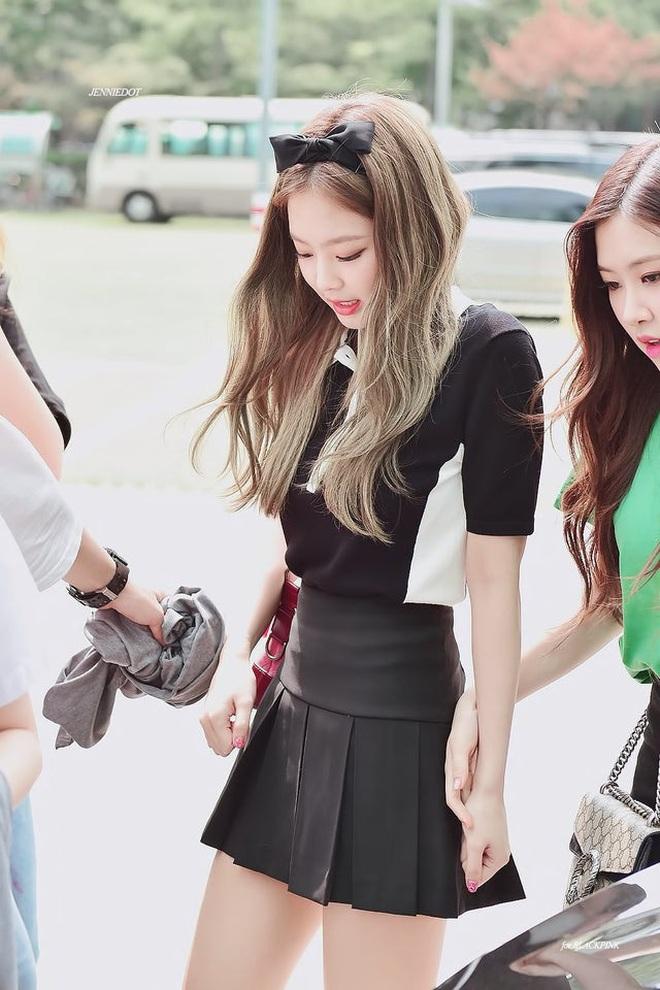 Trông cool thế nhưng Jennie lại là một bánh bèo chính hiệu: Có nguyên một rổ áo nơ, váy nơ nhưng cứ diện là sang mà chẳng sến - ảnh 11