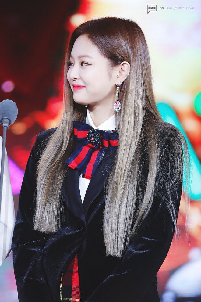Trông cool thế nhưng Jennie lại là một bánh bèo chính hiệu: Có nguyên một rổ áo nơ, váy nơ nhưng cứ diện là sang mà chẳng sến - ảnh 3